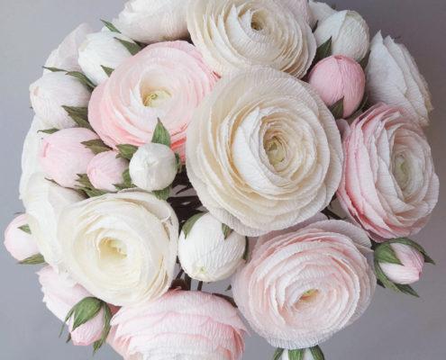 Renoncules blanches et roses en bouquet